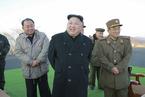 金正恩指导朝鲜军队导弹火箭发射训练 笑容满面