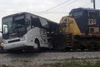 美国一货运列车与巴士相撞 至少4人死亡35人受伤