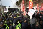 """韩国星州民众参加集会 反对在当地部署""""萨德"""""""