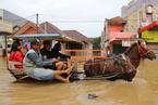 印尼暴雨致万隆街道洪水泛滥 街道变河道