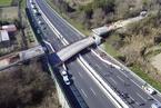意大利一公路桥发生倒塌 造成至少2死2伤