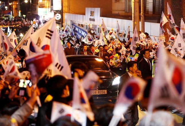 朴槿惠离开青瓦台后抵私宅 支持者夹道欢迎