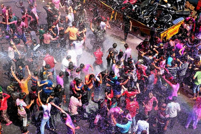 印度民众庆祝胡里节 彩色粉末缤纷夺目