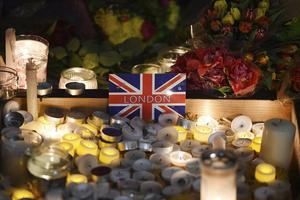 英国民众献花哀悼恐袭遇难者