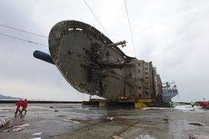 """""""世越""""号沉船整体出水 打捞工作基本成功"""