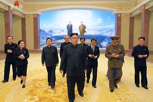 金正恩视察朝鲜革命博物馆