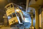 香港中环一电车出轨侧翻 共造成14人受伤