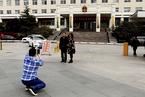 河北雄县游客蜂拥而至 政府大楼成热门拍照景点