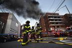 美国纽约一处楼房发生火灾 火势蔓延至112间公寓