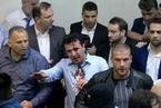 马其顿民众冲入议会闹场 政客遭袭面部流血