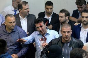 马其顿民众冲入议会闹场 政客遭袭面部血流