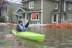加拿大加蒂诺遭遇洪水 民众出行靠划船