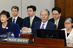 朴槿惠接受首次公审 庭上与崔顺实无眼神交流