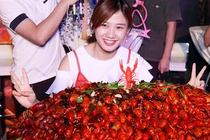 女大胃王狂撸40斤小龙虾 乌克兰壮汉甘拜下风