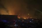 天津港内一纸业公司发生火灾