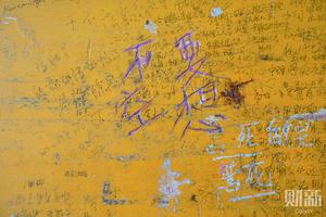 课桌涂鸦里的高考与青春