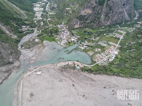 航拍四川茂县山体垮塌全景 村庄被掩埋夷为平地
