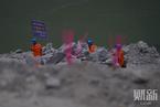 茂县垮塌现场家属烧香祭奠 部分救援队伍已撤离