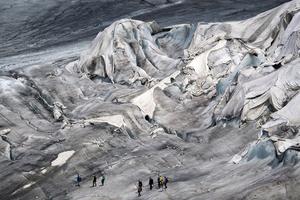 瑞士为阿尔卑斯山最古老冰川盖毯子