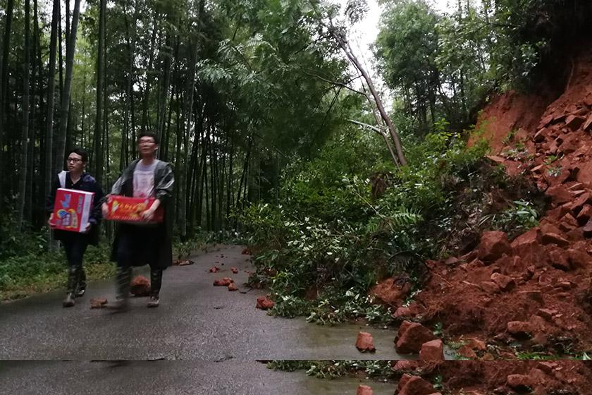 冲毁道路 江西奉新县350多人被困山区