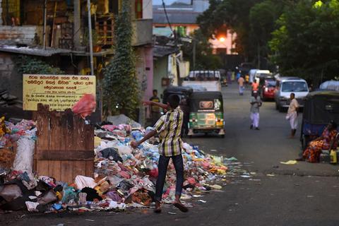 斯里兰卡垃圾处理危机日益严重 垃圾堆积成山
