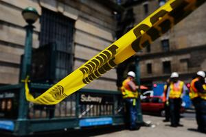 纽约曼哈顿发生地铁脱轨事故