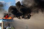美国波士顿一6层建筑发生火灾 现场浓烟滚滚