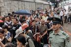 辽宁舰参观券发放 香港市民通宵排队