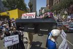 美国民众抬棺游行 要求国会弹劾总统特朗普