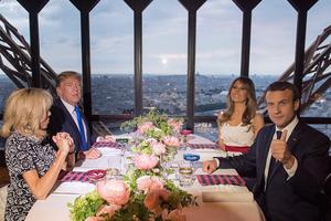 法美总统于埃菲尔铁塔共进晚餐