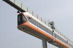 青岛造悬挂式列车试运行 车底距离地面5米以上