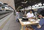 日本闲置车站变身饺子馆 顾客站台上坐着吃饺子