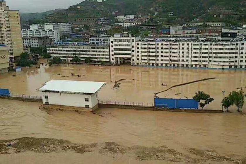 陕西榆林遇大暴雨一水库溃坝,县城被淹群众撤离图片