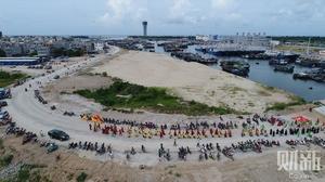 三亚开渔渔民巡游祭海 数百艘渔轮鸣笛出港