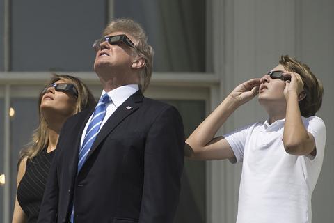 """美国迎""""超级日全食"""" 特朗普在白宫观看"""
