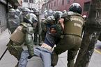 智利学生游行抗议教育体制 与警方发生激烈冲突