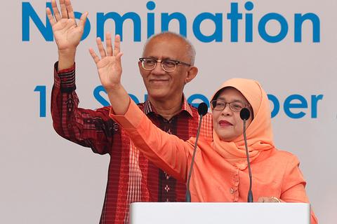 当地时间2017年9月13日,新加披,新加坡前国会议长哈莉玛当选新加坡总统,意味着新加坡46年后终于再次迎来一名马来族总统,这也是新加坡历史上首位女总统。视觉中国
