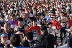 北京马拉松正式开跑 选手奇葩造型夺目吸睛