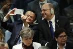 """马云出席联大""""一般性辩论"""" 与邻座合影自拍"""