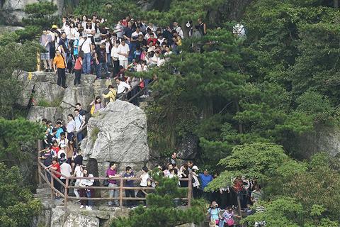 2017年10月2日,江西九江,江西庐山风景区迎来大量游客,山道上游客摩肩