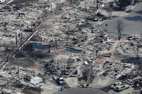 当地时间2017年10月11日,美国加州圣罗莎,大火灾区俯瞰景象。图/视觉中国