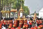 泰王普密蓬遗体火化仪式举行 民众聚集悼念