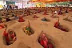 印度农民自埋土坑近一个月 抗议政府征地