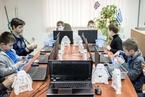 乌克兰机器人技术中心开放 学生进行机器人测试