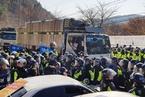 韩军方萨德基地装暖气遭抵抗 警民剧烈冲突