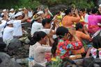 印尼巴厘岛阿贡火山喷发 印度教信徒山下祈祷