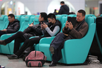大连现超豪华火车站候车室 座椅可给手机充电