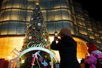 北京商家迎圣诞景观陆续亮相 市民喜合影