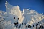 第30届哈尔滨雪博会将开幕 工人加紧制作雪雕
