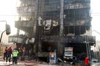 巴基斯坦一商场发生火灾 现场浓烟滚滚